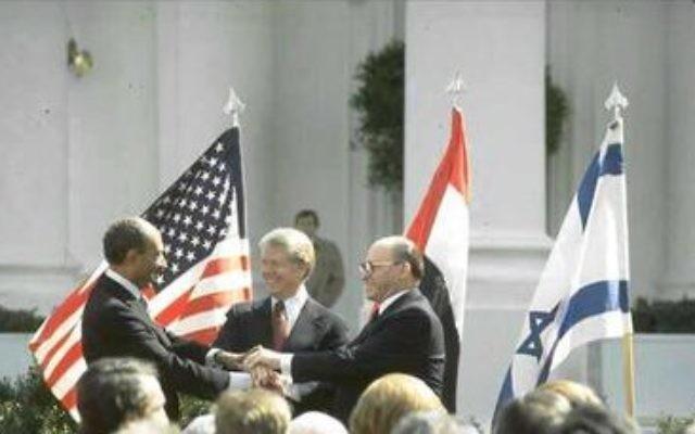 Le Premier ministrE Menachem Begin, le président Jimmy Carter et le président Anwar Sadat lors de la signature des accords de pays entre l'Egypte et Israël, en mars 1979 (photo credit: GPO/Tal Shabtai).