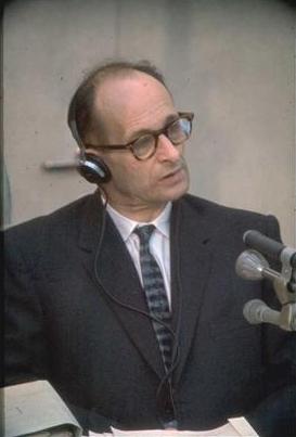 Adolf Eichmann, à son procès en 1961 (Crédit : Wikimedia Commons)