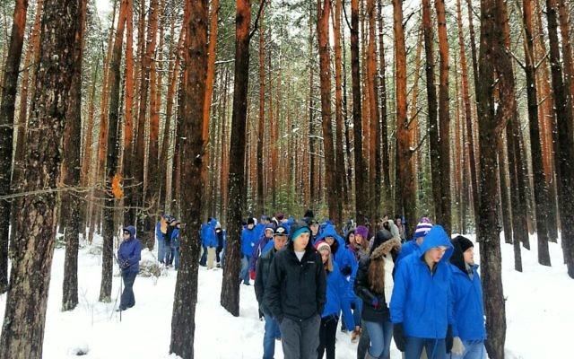 Marche des Vivants dans la forêt de Lupachowo, site d'une exécution massive des juifs de la ville voisine de Tykocin, en avril 2013. (Crédit : autorisation)