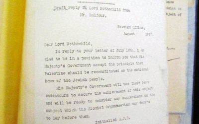 Le texte de la déclaration Balfour, qui soutient l'établissement d'un foyer national juif en Palestine, en 1917. (Crédit : Prime Minister's Office official photo)