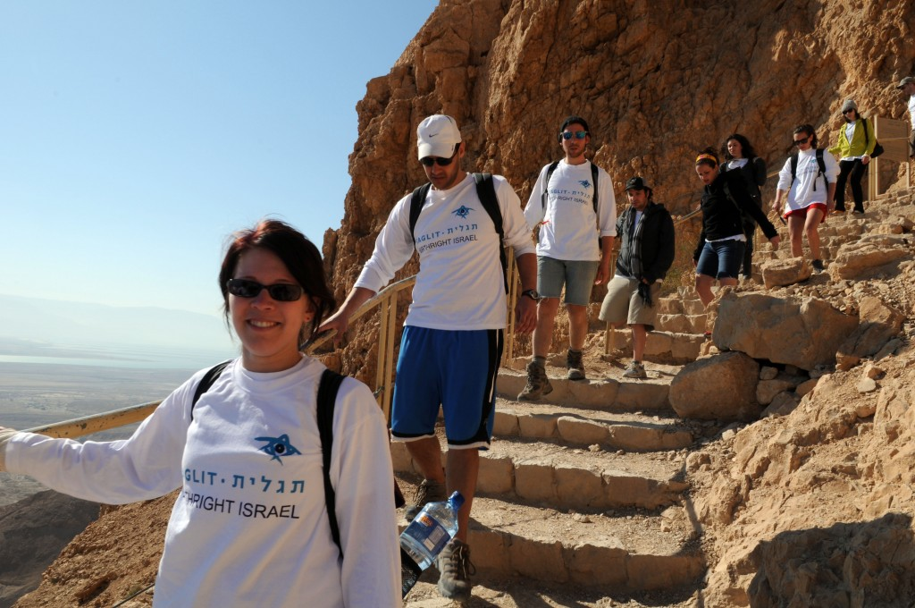 Des participants au programme Taglit visitent Massada (Crédit : Taglit-Birthright/JTA)