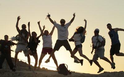 Des participants au programme Taglit à Massada, été 2012. (Crédit : Taglit-Birthright/JTA)