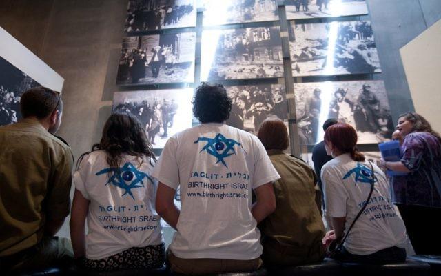 Des participants de Taglit au Mémorial de Yad Vashem (Crédit : Taglit-Birthright Israel - autorisation Yad Vashem/JTA)