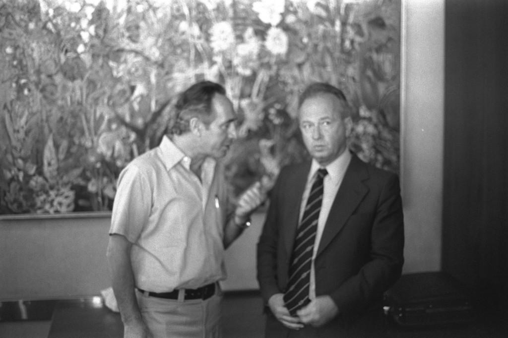 Shimon Peres, à gauche, avec Yitzhak Rabin. (Crédit : GPO)