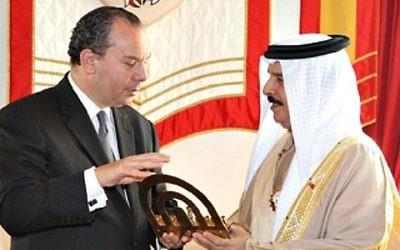Le rabbin Marc Schneier avec le roi Hamad au palais de la Couronne de Bahreïn, en décembre 2011. (Crédit : Walter Ruby/Foundation for Ethnic Understanding)