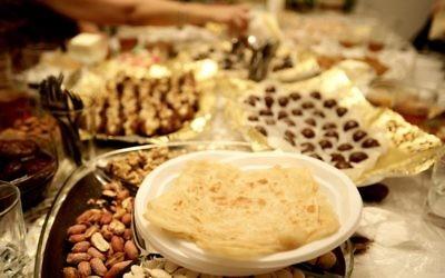 Une Mimouna, fête juive marocaine célébrant la fin de Pessah. Illustration. (Crédit : Abir Sultan/Flash90)