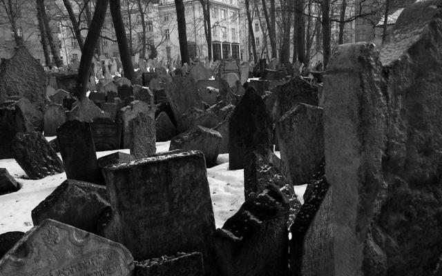 Le cimetière juif de Prague. (Crédit : Rachael Cerrotti/Flash90)
