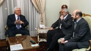Mahmoud Abbas (à gauche) et Ismael Haniyeh (au centre) pendant une rencontre entre le Fatah et le Hamas au Caire, le 23 février 2012 (Crédit : Mohammed Al-Hums/Flash90)
