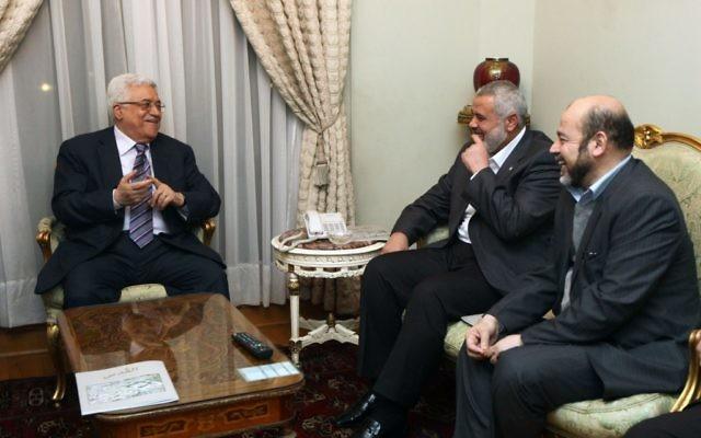 Mahmoud Abbas, à gauche, et Ismael Haniyeh, au centre, pendant une rencontre entre le Fatah et le Hamas au Caire, le 23 février 2012. (Crédit : Mohammed Al-Hums/Flash90)