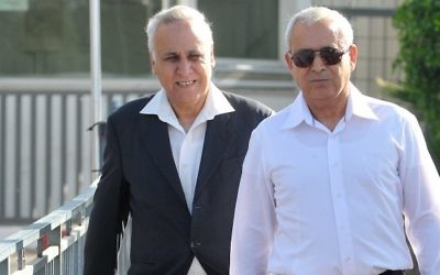 Moshe Katzav (à gauche) quittant la prison pour sa première visite chez lui, mai 2012 (Crédit : Yossi Zeliger/Flash90)
