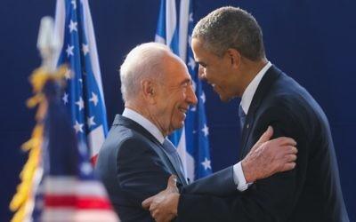 Shimon Peres, alors président, accueille le président américain Barack Obama pour une réception en son honneur à la résidence présidentielle de Jérusalem, le 20 mars 2013. (Crédit : Yossi Zamir/Flash90)