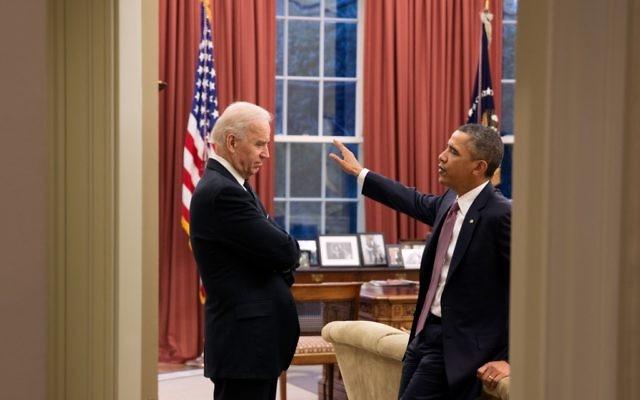 Barack Obama, et  Joe Biden dans le Bureau ovale en mars 2013 (Crédit : Pete Souza/Official White House)