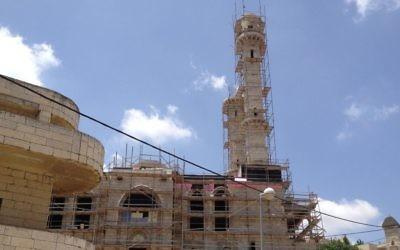 La nouvelle mosquée, encore en construction, d'Abu Ghosh, en mai 2013. (Crédit : Elhanan Miller/Times of Israel)