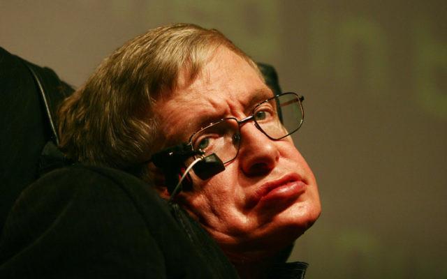 Le scientifique britannique Stephen Hawking lors d'une conférence donnée à des élèves israéliens au musée de la Science Bloomfield à Jérusalem le 10 décembre 2006 (Crédit : : Orel Cohen/Flash90)