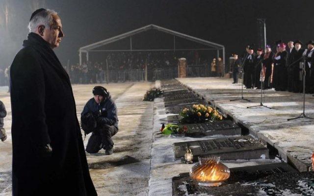 Le Premier ministre Benjamin Netanyahu dépose une couronne lors d'une cérémonie du souvenir lors du 65e anniversaire de la libération du camp d'Auschwitz et en l'honneur des victimes de la Shoah à Auschwitz Birkenau, en Pologne, à l'occasion de la Journée Internationale de la Shoah, le 27 janvier 2010. (Crédit: Avi Ohayon/GPO /Flash90)
