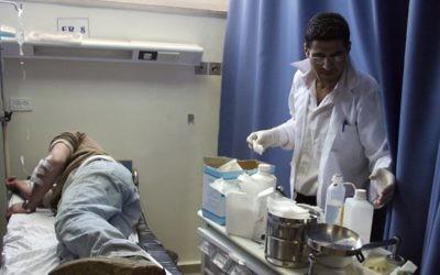 Un Palestinien soigné à l'hôpital de Ramallah, le 17 mars 2011. Illustration. (Crédit : Issam Rimawi/Flash90)