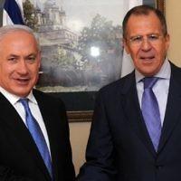 Le ministre russe des Affaires étrangères Sergey Lavrov (à droite) avec le Premier ministre Benjamin Netanyahu à Jérusalem le 24 mars 2011. (Avi Ohayon/GPO/Flash90)