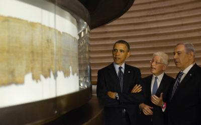 Le Président américain Barack Obama et le Premier ministre Benjamin Netanyahu examinent les ROuleaux de la mer Morte, pendant la visite d'Obama en mars (Crédit : Amos Ben Gershom/GPO/Flash90)
