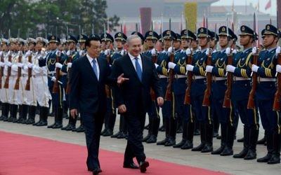 Le Premier ministre chinois Li Keqiang et le Premier ministre Benjamin Netanyahu examinent la garde d'honneur au Palais de l'Assemblée du Peuple le 8 mai 2013 (Crédit : Avi Ohayon / GPO / FLASH90)