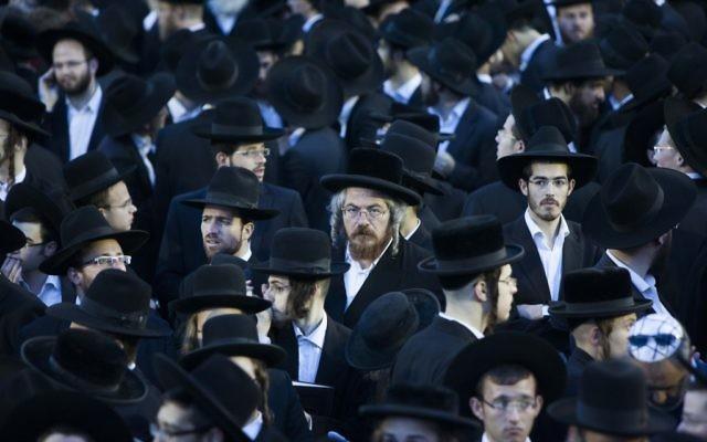 Des milliers de juifs ultra-orthodoxes pendant une manifestation contre le projet du gouvernement d'enrôlement des étudiants de yeshiva dans l'armée israélienne ou le service national, à Jérusalem, le 16 mai 2013. (Crédit : Yonatan Sindel/Flash90)
