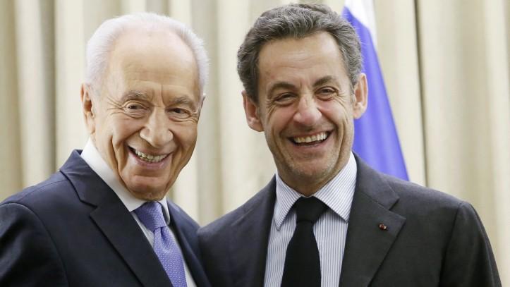 Shimon Peres (g) et Nicolas Sarkozy à Jerusalem, en 2013 (Crédit : Miriam Alster/Flash90)
