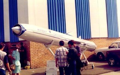 Un missile Yakhont dans une exposition russe en 1997. (Crédit : JNO/CC BY-SA/Wikimedia Commons)