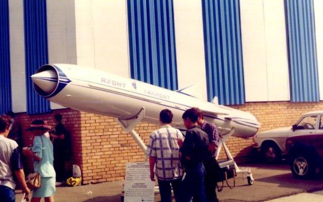 Un missile Yakhont exposé à un salon de l'aéronautique russe en 1997. (Crédit : JNO/CC BY-SA/Wikimedia Commons)