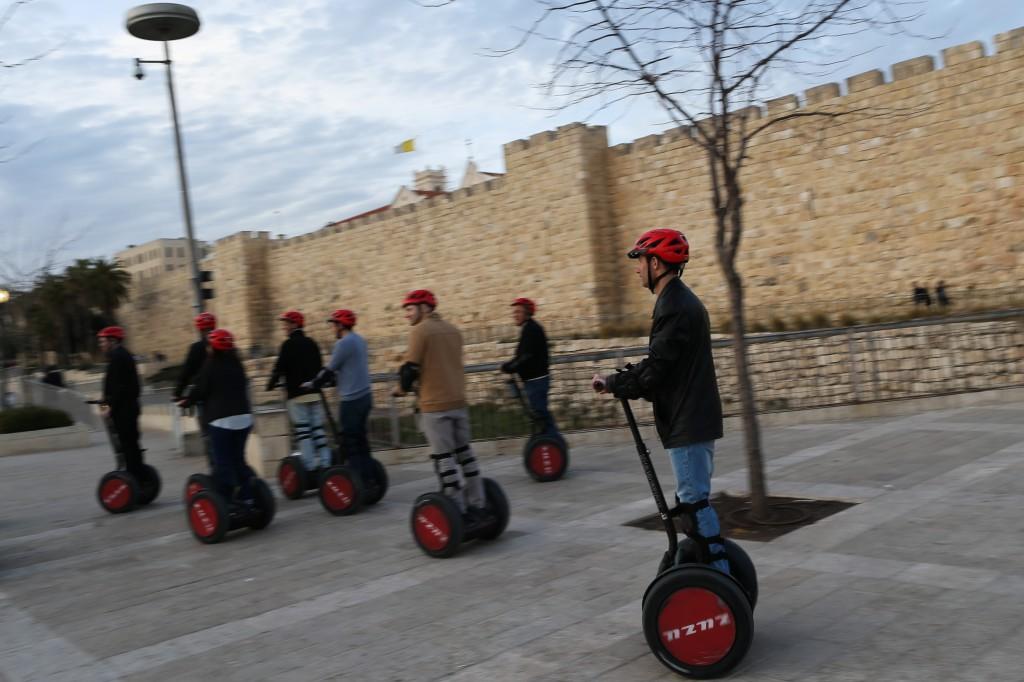 Visite des murailles de Jérusalem en Segway le 7 mars 2013 (Crédit : Nati Shohat/Flash)
