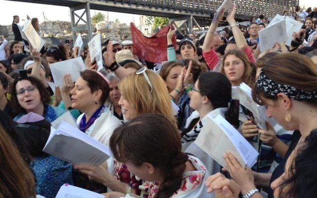 Des membres des 'Femmes du Mur' devant le mur Occidental à Jérusalem le 10 mai 2013 (Crédit : Michal Shmulovich/Times of Israel staff)