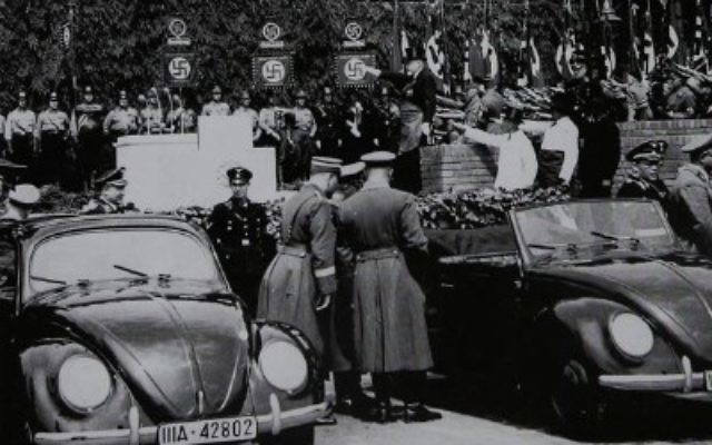 La première pierre de l'usine de Wolfsburg, siège de Volkswagen, fut posée en 1938 par Adolf Hitler (Crédit : domaine public)