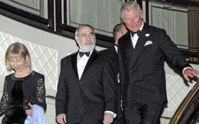 Le Grand Rabbin Lord Jonathan Sacks escorte le Prince Charles (à droite) lors de son dîner d'adieu. (Crédit photo : John Rifkin/Autorisation)