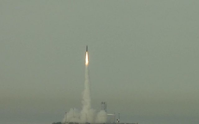 Un missile Arrow 3 missile lancé en test (Crédit : CC BY U.S. Missile Defense Agency, Flickr)