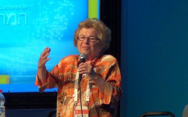 La Docteure Ruth Westheimer donne sa « master class » consacrée au sexe à la Conférence présidentielle israélienne, en 2013.  (Ricky Ben-David / Times of Israel Staff)