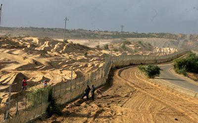 La frontière avec Gaza à Netiv Haasarah (Crédit : Edi Israel/ Flash 90)