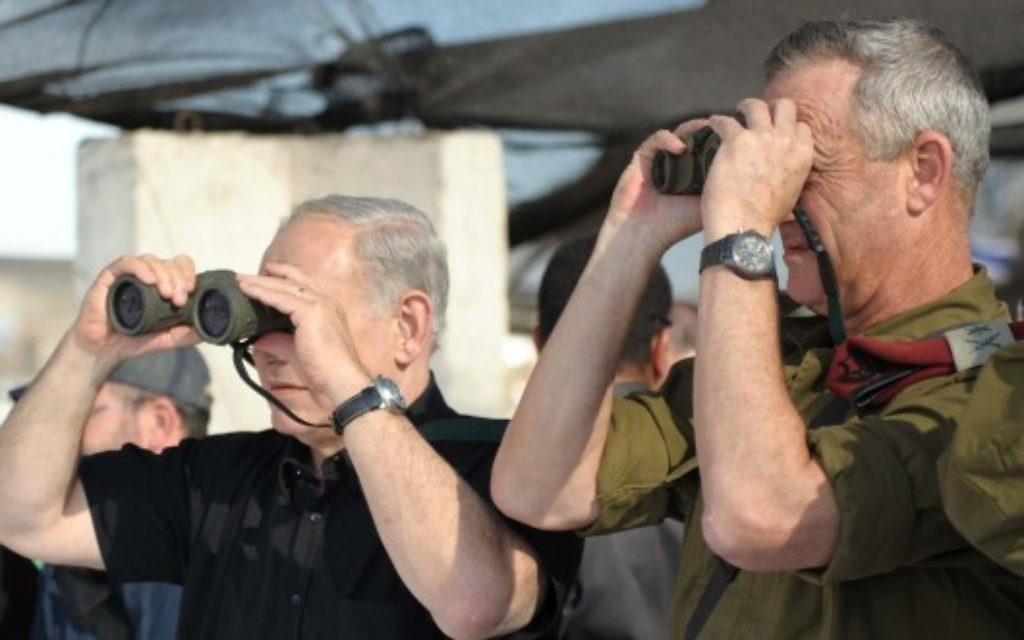 Le Premier ministre Benjamin Netanyahu et le chef d'état-major de Tsahal Benny Gantz observent un exercice militaire de la Brigade Golani de l'armée sur le plateau du Golan, le 11 septembre 2012. (Crédit : Avi Ohayon/GPO/Flash90)