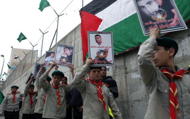 Les enfants d'une école palestinienne dans une procession organisée par le Hamas en solidarité avec les prisonniers détenus en Israël, au camp de réfugiés de Shuafat, en avril 2013. (Crédit : Sliman Khader/Flash90)