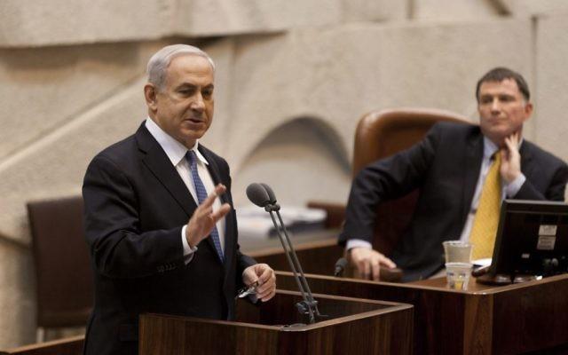Le Premier ministre Benjamin Netanyahu, à gauche, avec le président de la Knesset Yuli Edelstein, à la Knesset, le 24 avril 2013. (Crédit : Flash90)