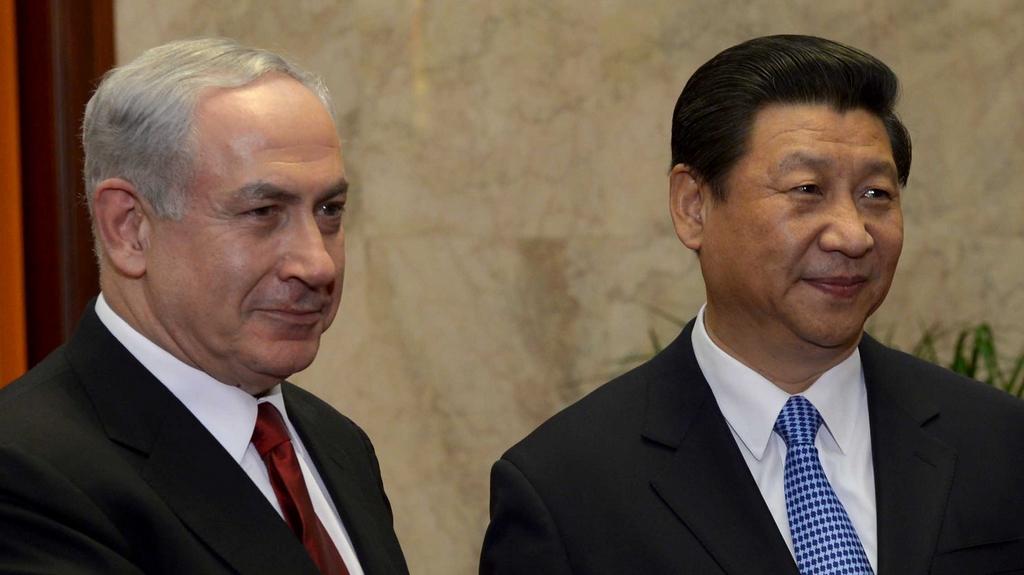 Le président chinois Xi Jinping avec le Premier ministre Benjamin Netanyahu au Palais de l'Assemblée du Peuple en mai 2013, à Beijing en Chine (Crédit : Avi Ohayon / GPO / Flash90)