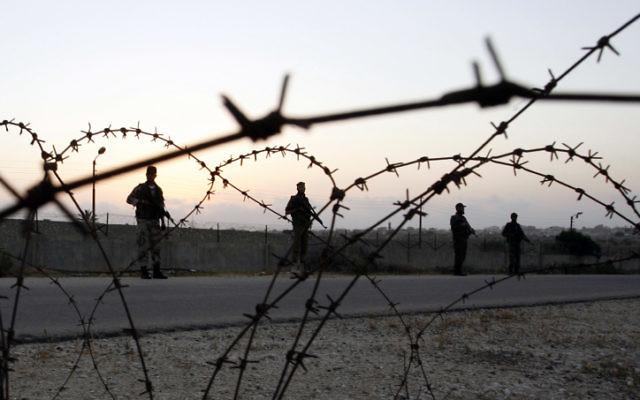 Forces du Hamas en patrouille à la frontière entre Gaza et l'Egypte, le 20 mai 2013. (Crédit : Abed Rahim Khatab/Flash0)