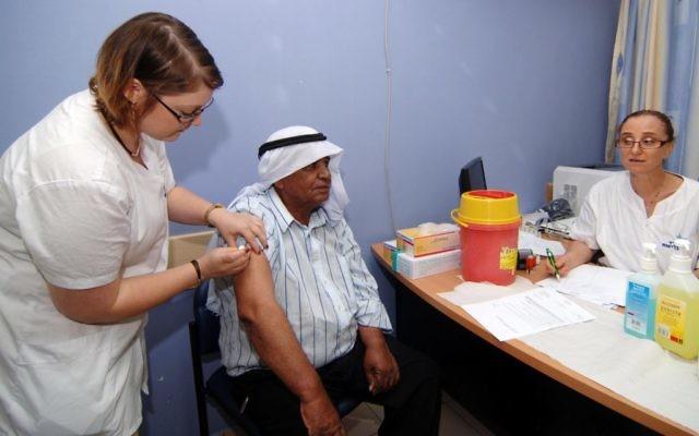 Un résident d'un village bédouin à Rahat reçoit un vaccin contre la polio en  2013 (Crédit : Flash90)
