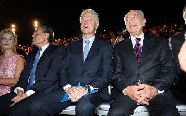 L'ancien président américain Bill Clinton avec Shimon Peres, alors président, au Centre académique Peres de Rehovot, le 17 juin 2013. (Crédit : Gideon Markowicz/Flash90)