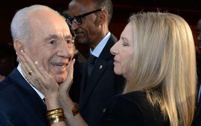 Shimon Peres, alors président, avec la chanteuse Barbra Streisand au 90e anniversaire de Peres, le 19 juin 2013. (Crédit : Kobi Gideon/GPO/Flash90)