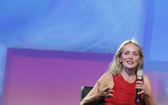 Sharon Stone en Israël en 2013 (Crédit : Miriam Alster/Flash 90)