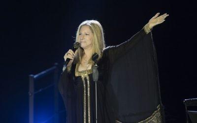La chanteuse juive américaine Barbra Streisand en concert au Bloomfield Stadium à Tel Aviv, le 20 juin 2013 (Crédit : Yonatan Sindel / Flash90)
