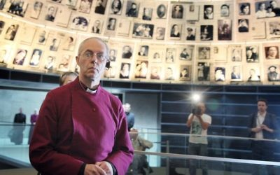 L'archevêque de Canterbury et chef de l'église anglicane Justin Welby dans la Salle des Noms du musée de la mémoire de Yad Vashem à Jérusalem, le 27 juin 2013. (Crédit : Isaac Harari/Flash90)