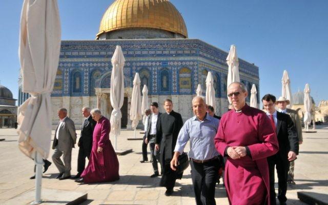 L'archevêque de Canterbury, dirigeant spirituel de l'Eglise anglicane, au centre, au mont du Temple de la Vieille Ville de Jérusalem, le 27 juin 2013. (Crédit : Sliman Khader/Flash90)