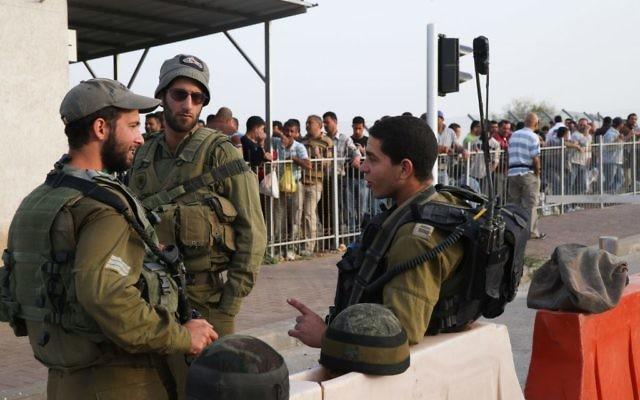Des soldats israéliens stationnés à un barrage militaire (Crédit : Issam Rimawi/Flash90)