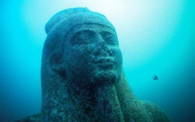 Illustration : la tête d'une statue colossale en granit rouge (5,4 m) du dieu Hapi, qui ornait le temple d'Héracléion. (Crédit : Franck Goddio/Fondation Hilti/Christoph Gerigk)