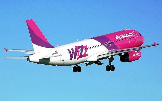 Un avion rose et mauve de la compagnie hongroise Wizz Air. (Crédit : Wizz Air)