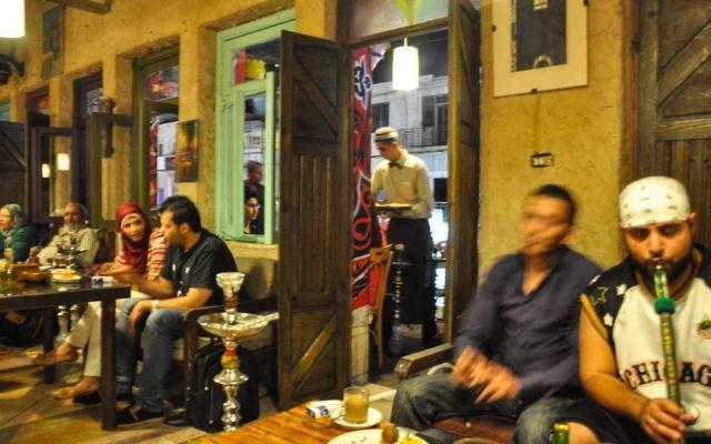 Les cafés reviennent à la vie la nuit pendant le mois du Ramadan, dans le monde musulman. (Crédit : Michal Shmulovich / Times of Israel)
